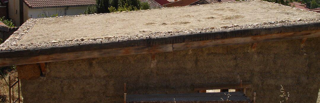 Techo de madera con aislamiento de paja y cubierta vegetal